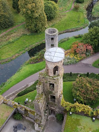 County Cork, Irlanda: Looking down after we kissed the Blarney Stone