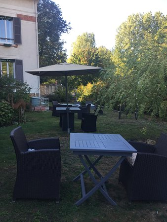 Milon-la-Chapelle, Francia: Nice outdoor seating