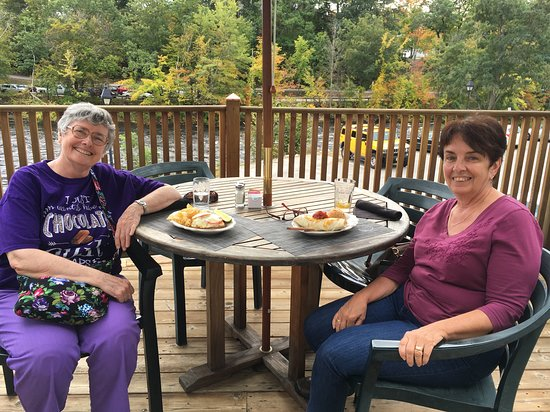 Henniker, NH: Enjoying relaxing lunch by river