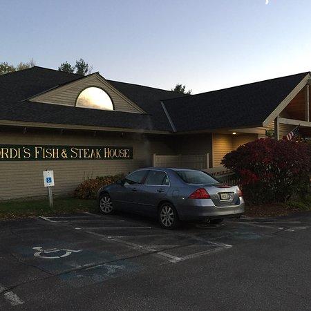 Gordi's Fish & Steak House: De entree van het restaurant  De bar