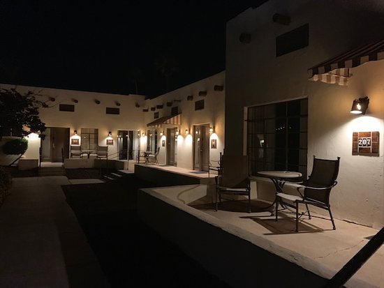 Litchfield Park, AZ: Outside our suite seating area