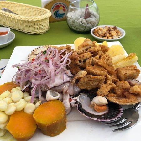 Punta Hermosa, Περού: Combinado cebiche y chicharrón mixto