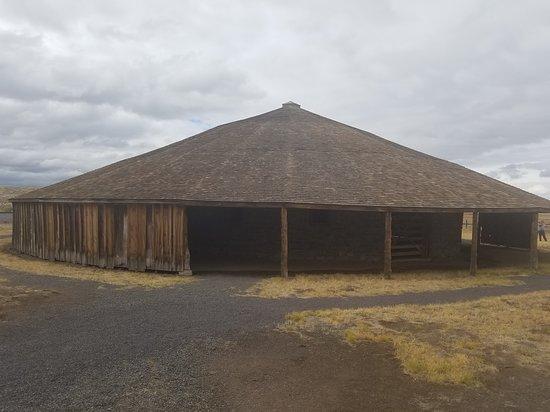 Diamond, OR: Round barn.