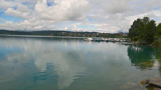 Finkenstein am Faaker See, Østerrike: Il lago Faaker See è piccolo ma è un luogo incantevole, circondato da sentieri per escursioni.