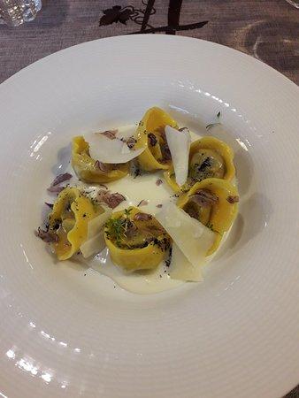 Sarche, إيطاليا: Ravioli di patate viola su fonduta di formaggio