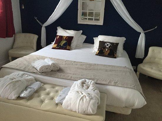 """Missillac, ฝรั่งเศส: Le lit de la """"Suite Prestige """" merveilleux."""