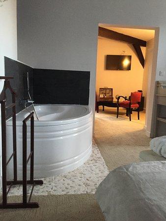Missillac, ฝรั่งเศส: espace Baignoire Chambre, avec sa multiple Douche combinée + Lavabo le tout équipé.