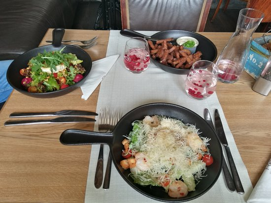 Rae Restaurant & Cafe: Салат Цезаь, Салат с козьим сыром, сухарики