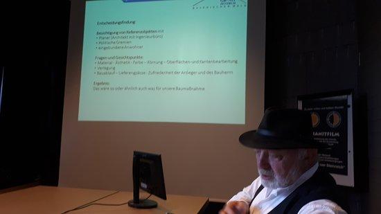Hauzenberg, Deutschland: Ludwig Bauer sen. bei einem Fachvortrag zur Thematik Granit im Verkehrswegebau