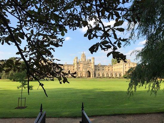 Il Trinity College visto dall'estremità del giardino posteriore