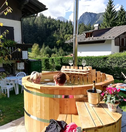 "Perarolo di Cadore, Italie : ""Spa Tinozza acqua calda per un momento di relax.Spa Tub with hot water for a moment of relax"""