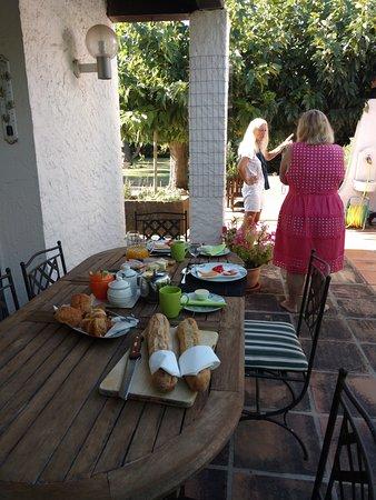 Conques-sur-Orbiel, France: Petit déjeuner à l'extérieur.
