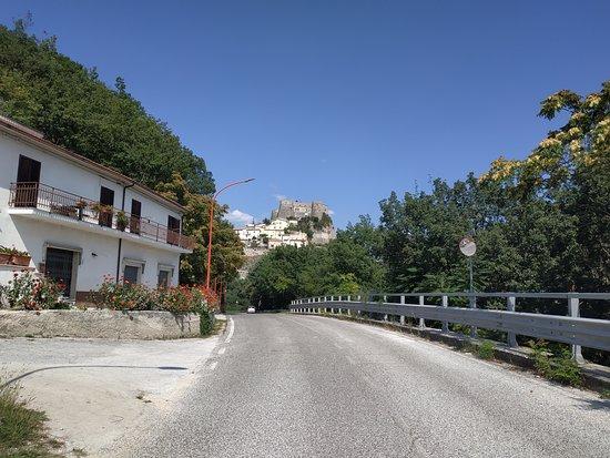 Castello Pandone: Castello visto dall'ingresso del paese