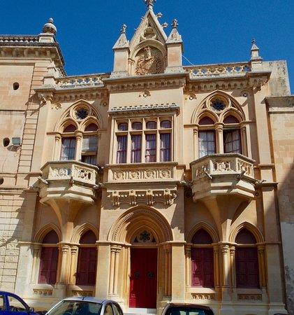 Mdina Old City: Plaza mayor, edificaciones laterales