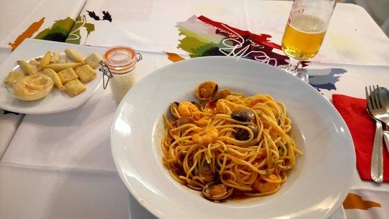 Pizzería Restaurante Palette: Gebäck mit Dip und Pasta mit Garnelen und Muscheln