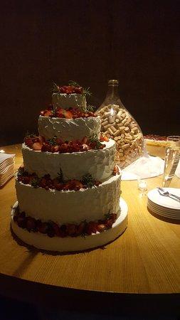 Restaurant Gredic: servizio della torta in cantina
