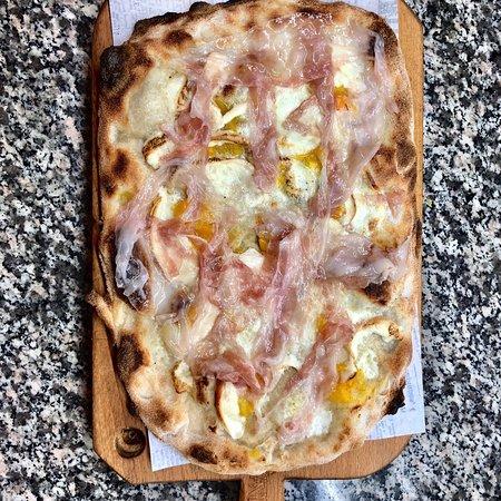 Gioiosa Ionica, Ιταλία: Mozzarella di bufala affumicata, Datterini gialli, lardo pancettato