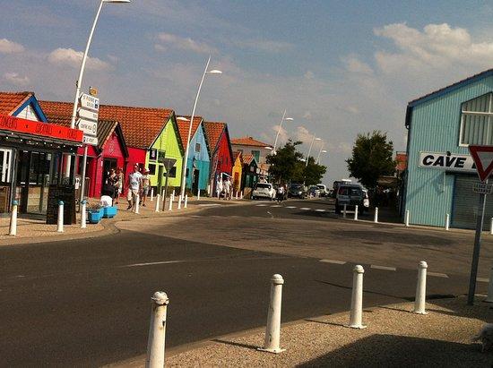 Île d'Oléron, France : Les jolies maisons colorées pas loin de la citadelle.