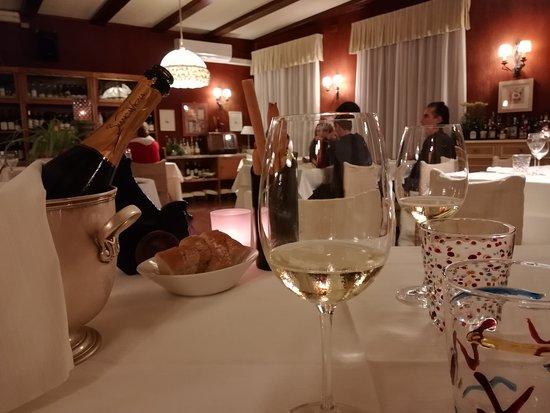 Colleretto Giacosa, Italy: L'elegante sala da pranzo