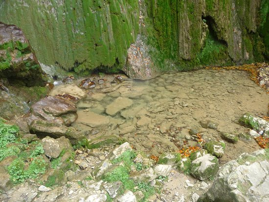 Esparros, França: Au pied de la cascade