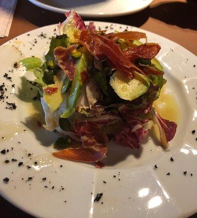 Ger, Spain: Ensalada con virutas de jamón, aguacate y pistachos