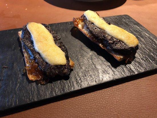 Ger, إسبانيا: Tostada de botifarra negra con cebolla caramelizada y alioli