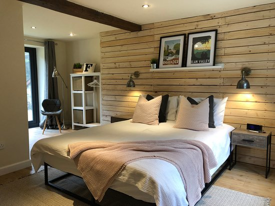 Llanwrtyd Wells, UK: Trallwm Farmhouse downstairs bedroom with kingsize bed and ensuite wet room
