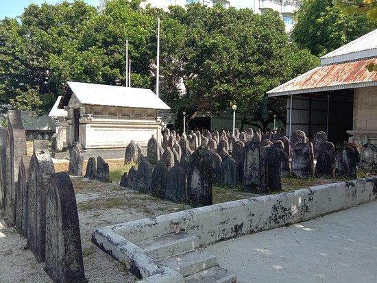 Hukuru Miskiiy (Old Friday Mosque): The graveyard