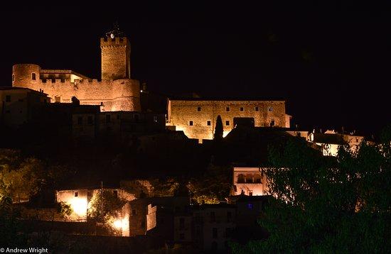 Capestrano, إيطاليا: Borgo Antico di Capestrano (at night obviously)