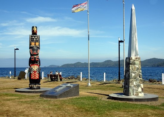 Port Hardy, Canadá: Totem, cenotaph and B.C. flag