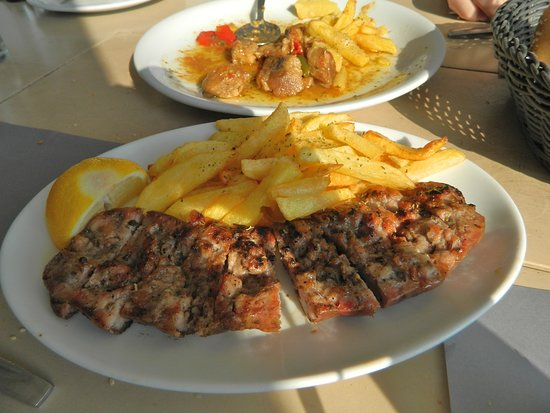 Finikas, Grèce : Fried pork and local sausage, both with French fries