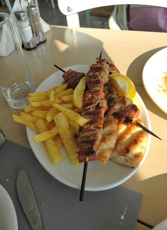 Finikas, Grèce : Souvlaki with pitta and French fries