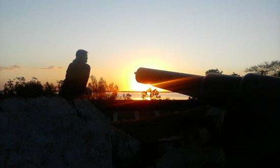 Isla Martin Garcia, Argentina: Un mágico atardecer en la costa de la Isla Martín García. Ella espera, el cañón la protege... H.