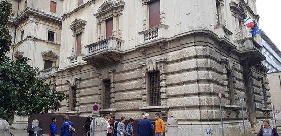 Ex Casa del Fascio: mirate le piattabande, le splendide finestre, i balconi