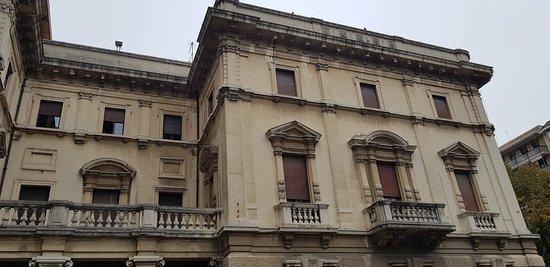 Ex Casa del Fascio: veduta dal cortile giardino interno. All'interno del palazzo ci son aule scolastiche