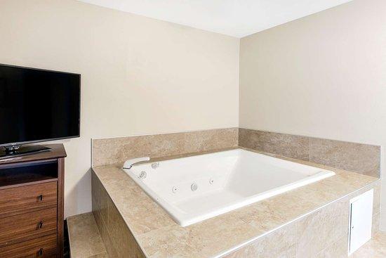 Grandville, MI: King Suite with Jacuzzi