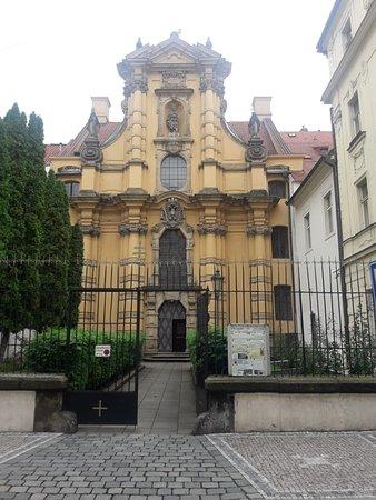 Kostel Svateho Josefa: Tiene un patio en la parte delantera , con esculturas en arenisca.