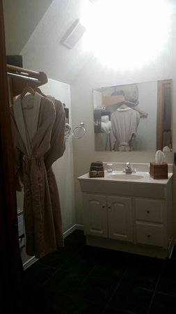Sheridan House Inn: Oakwood Bathroom