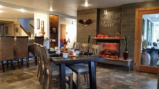 Sheridan House Inn: Dining Room with fall decor