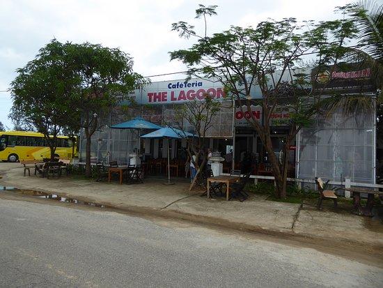 "Lang Co, Vietnam: Das Restaurant Cafeteria ""The Lagoon"" an der Straße"
