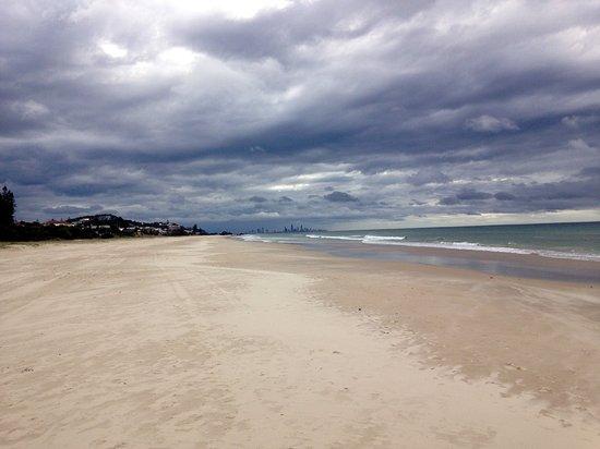Tugun, Австралия: Tugan Beach on the shore. (Surfers Paradise in the distance.)