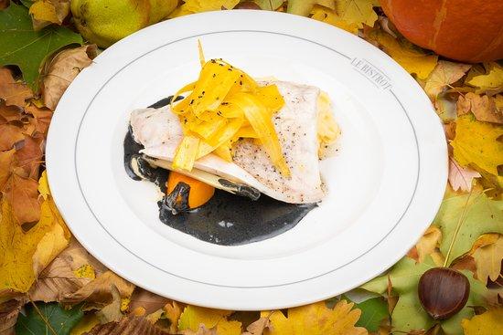 Le Bistrot Le Lion d'or : Pavé de bar de l'Atlantique infusé au citron Amalfi, jus à l'encre de seiche