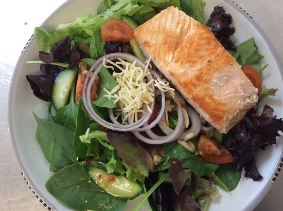 Finch Hatton, ออสเตรเลีย: Thai salad with grilled salmon