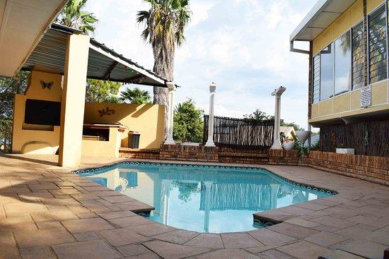 Klerksdorp, Νότια Αφρική: Swimming pool with braai next to Jasper family unit and Dining area