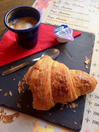 A Table! Boulangerie-Patisserie: Nem tudtam ellenállni - már haraptam és kortyoltam, utána fotóztam!