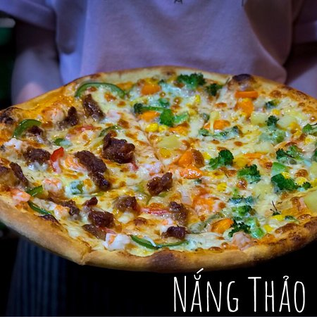 Bao Loc, Vietnam: Pizza được làm từ đế bánh tươi tại Nắng Thảo Mộc.