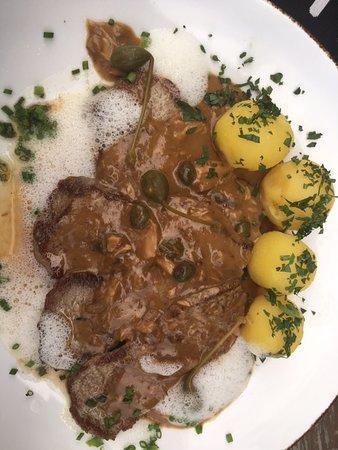 Eggstaett, Niemcy: Scheiben vom Kalbsruecken in aromatischer geschäumter Sauce + Oliven