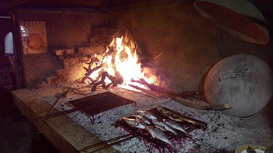 Trstenik, Croatie: Wooden grill