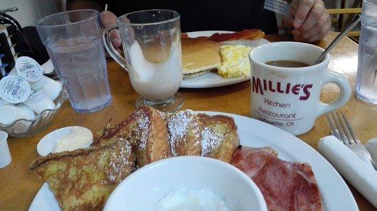 Lafayette, CA: Des toasts, des œufs, du jambon et un super café à volonté