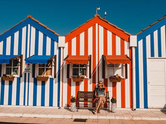Wenn du Aveiro in Portugal besuchst, mache unbedingt auch einen Abstecher an die Costa Nova mit ihren bunten Häuschen!